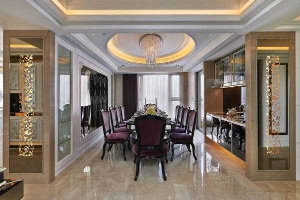 男主人引以为傲的用餐空间,以贵气紫色为轴,镜面与图腾雕花的灯箱装饰佛龛柜体与餐柜的窄面,成为对称式的餐厅入口端景,打造「进」的隆重感。