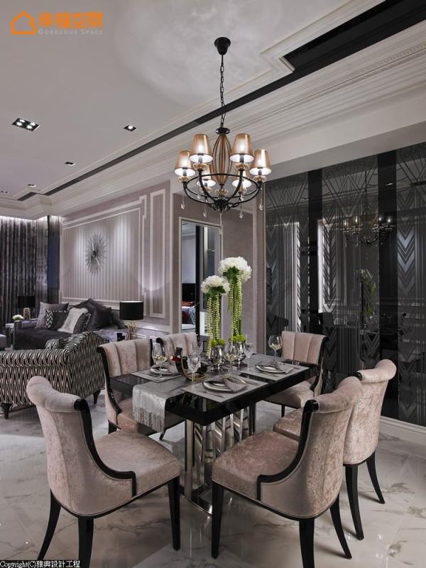 图腾茶镜映造出餐厅的另一面墙,隐约能看见与沙发背墙造型相同的墙面,透过有趣的反射让墙面在公领域中取得丰富华丽的一致性。