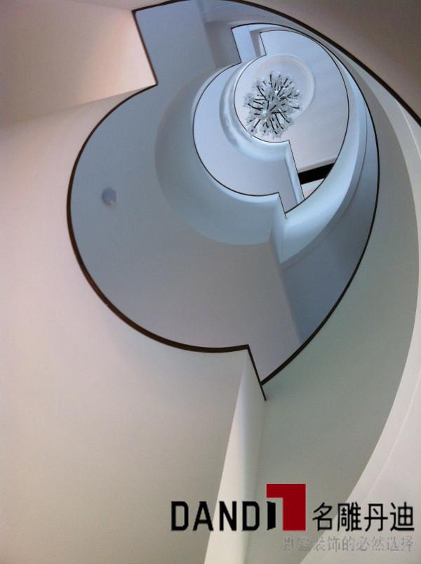 在一层通往五层的旋转楼梯,设计师独具特色的将原本空荡的采光井预留空间充分利用,设计出极具豪气的五层高的旋转楼梯,加上极致LED射灯的点缀,极佳地营造了品味空间。