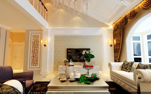 客厅电视背景墙简约大气,两根罗马柱增添了欧式的奢华富贵之气。