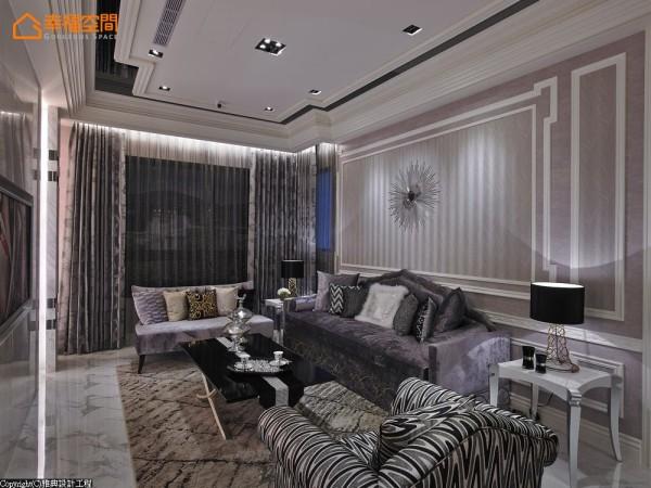 客、餐厅相加不到10坪的空间,灰白色的壁纸为底框上白色造型线板,线板内圈转用同色系带有羽毛质感的壁纸,细腻之处展现层次。