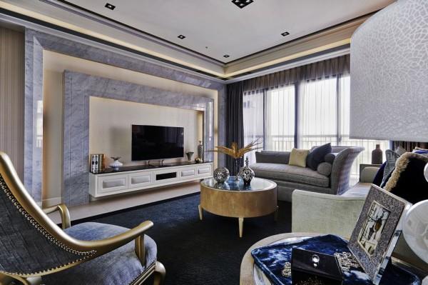 卡拉拉白大理石的双层线性,衬以壁纸为中心刻划电视主墙的视觉存在。
