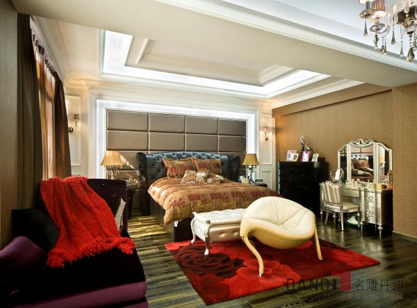 主人房混搭了中式元素与新古典元素,柔美的纱帘配合微妙的灯光,把夜晚烘托得柔美暧昧。