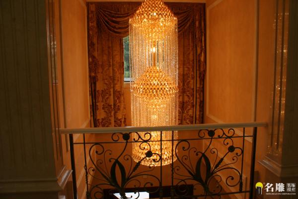 欧式风格500平奢华别墅装修——吊灯:金碧辉煌水晶吊灯让整个空间彰显一种奢华高品位感。