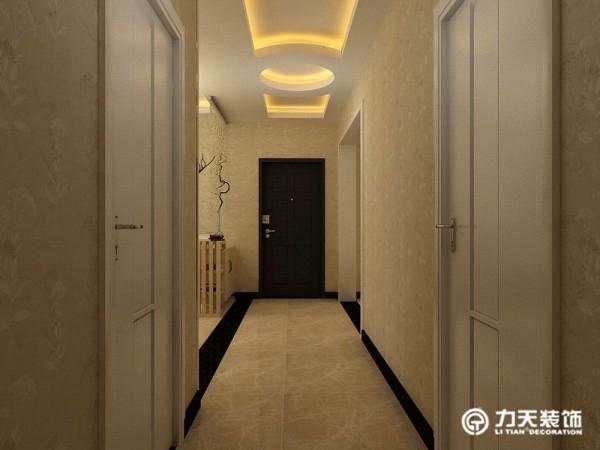 玄关的吊顶设计独特,光彩照人.入户有一条狭长的过道,餐厅与客厅在同一个空间中