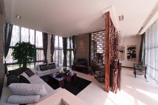 客厅里木作线框使室外景色仿佛置身在画框之中。