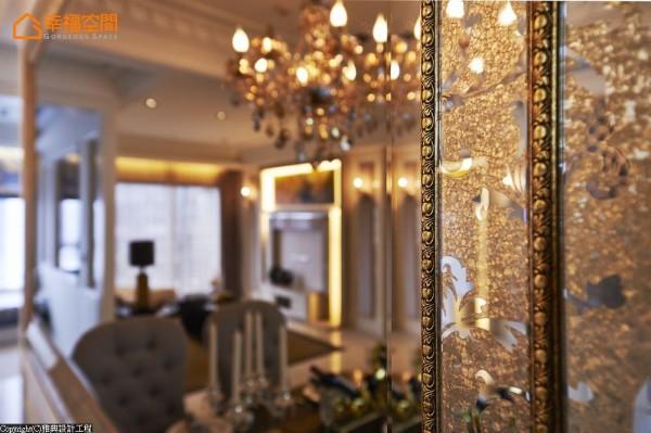 金色系的图腾、画框与金箔镜面,辉煌色泽利落演绎威尼斯镜线条意象。