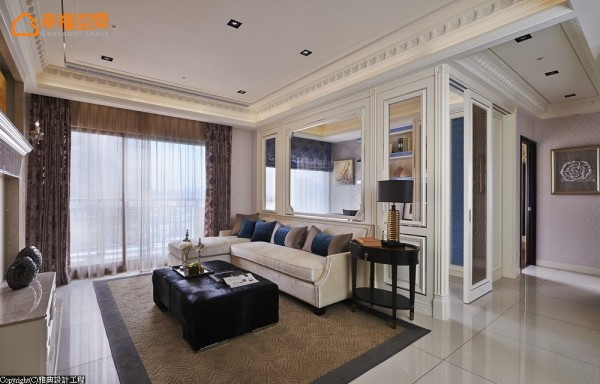 客厅与书房之间的界线以玻璃材质串联,线板、塑铝板共织基底整合出大公领域气势