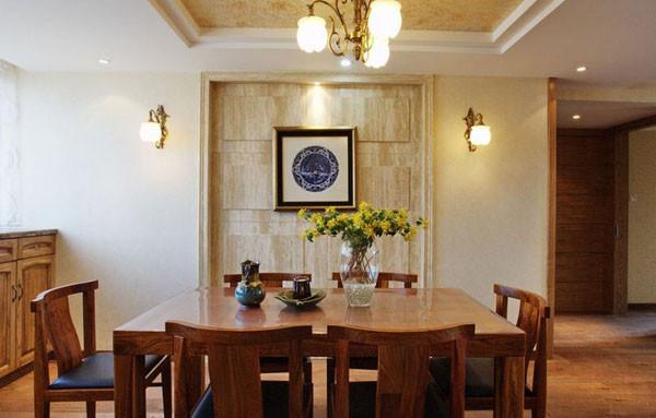 开放式的客厅和餐厅,设计师以实木沙发为界划定了两个明显的功能区。客厅和餐厅墙砖颜色的色差视觉上区别了空间的功能性,实木家具色调与墙面相互呼应,吊灯和壁灯拉亮了空间的明亮度。