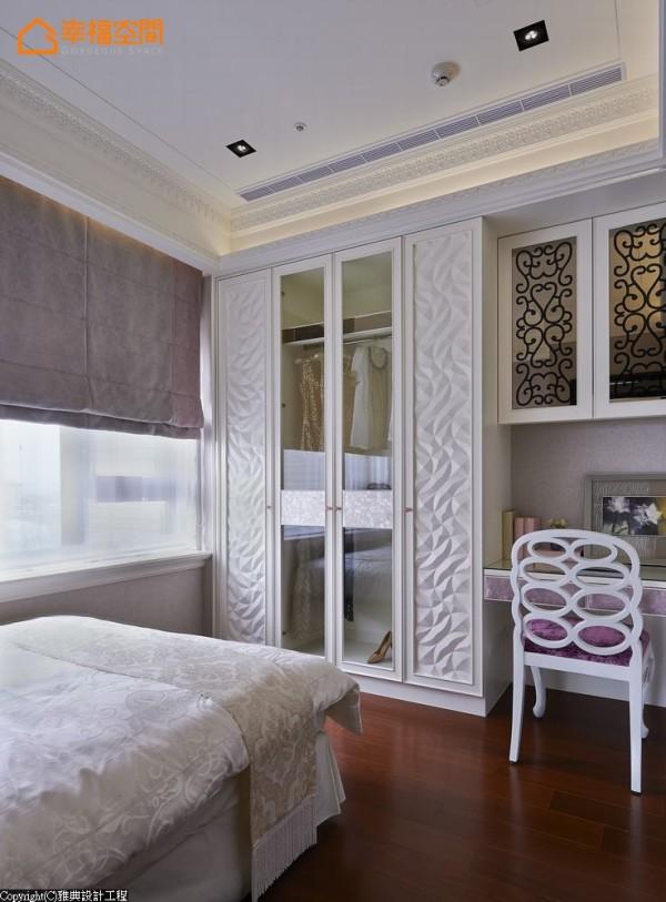 立体雕刻板与贝壳板混搭的造型衣柜,穿透之间创造活泼收纳度。