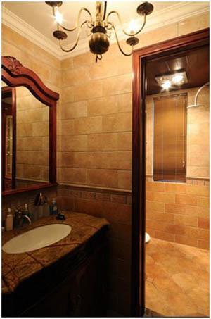 防水石膏板吊顶、石膏素线使顶面线条简单明了,仿古砖错落搭配及腰线的合理应用在符合整体风格的同时又不失灵动感,卫生间的干湿分离更实用、更方便,颜色及灯光设计是整个空间有柔和、舒适之感。