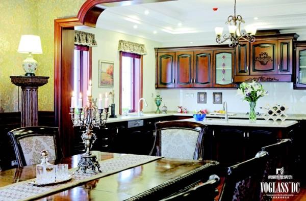 夫妇二人多年生活在美国,美式风格早已经融入了生活中,它没有繁复的修饰与约束,更加随意与不羁。于是,设计师欧阳明巧妙地将生活的内涵与别墅设计进行结合,为业主重新呈现了一种舒适、实用与温馨的家居风格。