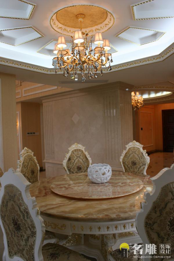 欧式风格500平奢华别墅装修——餐厅:精致大理石圆桌、欧式风格天花吊顶,让整个餐厅舒适。