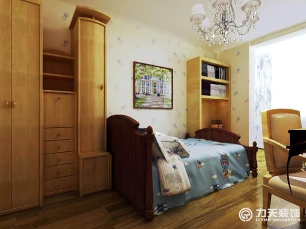 自然清新的蓝色床单,体现卧室的生机盎然