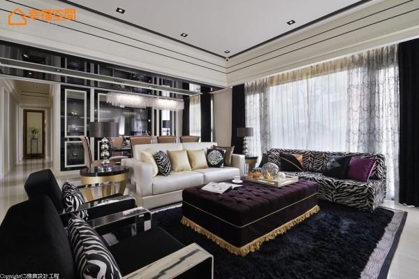 呼应着玄关的动物性语汇,客厅空间中设计师饰入此元素,混搭出单椅与多人坐沙发组合。