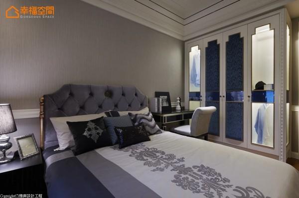 男孩房机能-灰蓝色系的床头大基底,透过线板层次分割、展现了双色块的视觉层次。