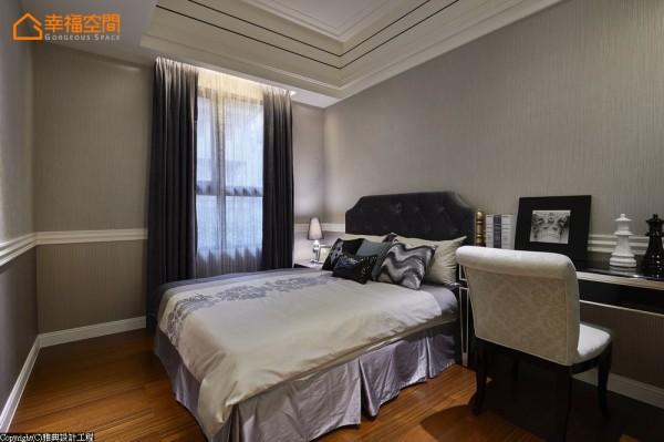 男孩房-灰蓝色系的床头大基底,透过线板层次分割、展现了双色块的视觉层次。