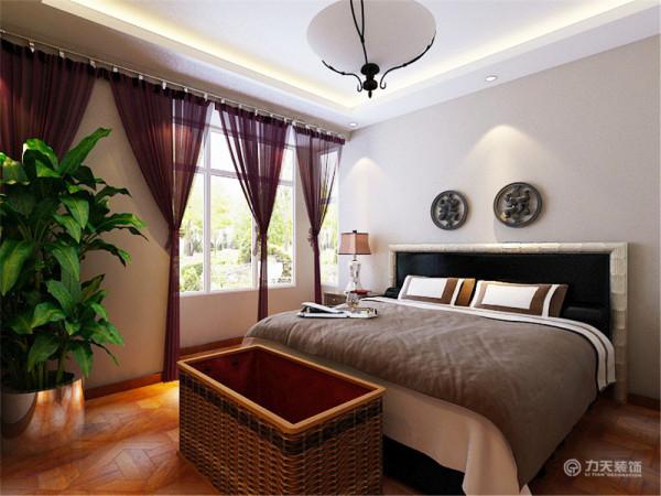深色的地板,深蓝与白色组成的床品,和白色的衣柜,整体都显得那么和谐