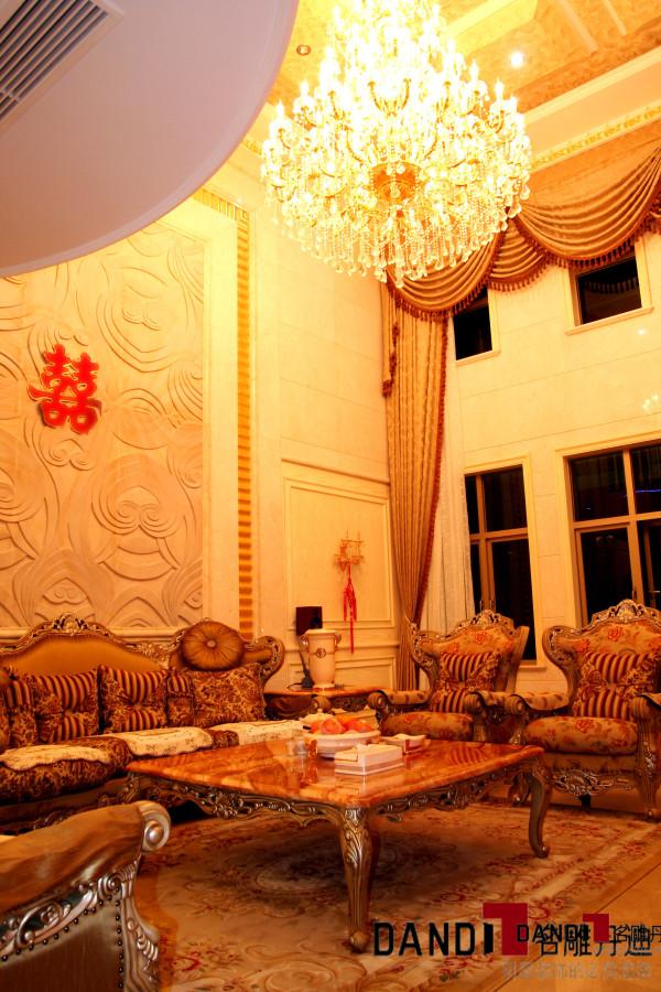 以皇室宫殿为设计灵感,融合古典与现代的设计美学,把宽敞的空间修饰成典雅、舒适、豪华的尊贵底邸。