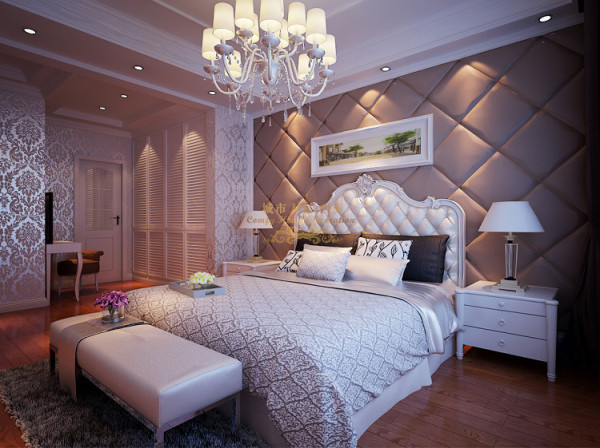 主卧原有结构预留的衣帽间墙体拆除,使卧室空间显得宽敞,吊顶简单主要以线条来承托空间的层次感,地面浅色复合地板配以深色壁纸以及白色的门实木踢脚线,在颜色上形成明显的对比,提高视觉效果。