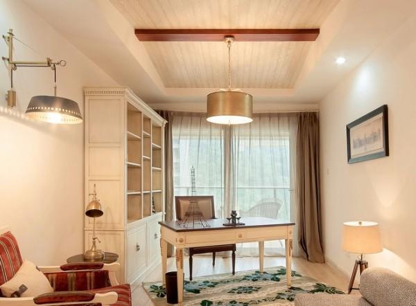 本案贯穿应用了地中海的元素,白灰泥墙、连续的拱廊与拱门,陶砖、海蓝色的屋瓦和门窗。沙发背景的蓝色景中窗是设计的亮点,也是地中海典型的设计元素,线条是构造形态的基础,因而在设计中是很重要的元素。