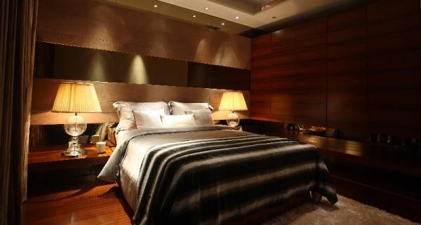 黑与白在小范围的对比中和谐共生,厚重的地毯和帘幔增添空间的安全感。