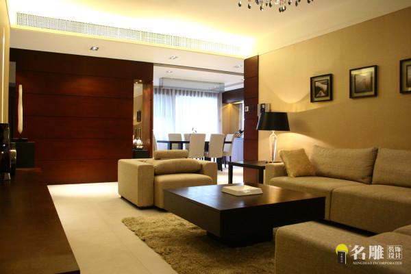 名雕装饰设计——客厅:米色的哑光地面砖材,浅色的素面墙纸,咖啡色的饰面板,再配以造型简约现代的米色家私,结合暖色系的柔和光线,将整个空间氛围渲染出别样的温馨与典雅。