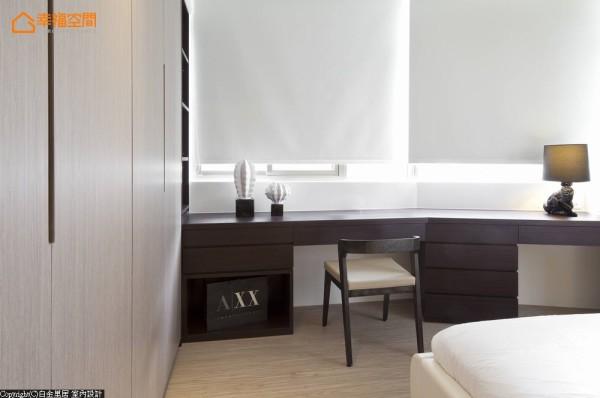 一体成型的桌面设计,顺势建筑走向结合出化妆桌与电视柜机能。