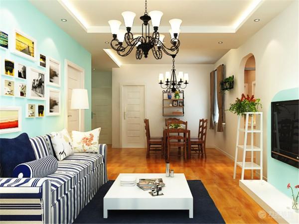 通过客厅区域是餐厅区域,餐厅区域摆放沙发、电视和电视柜。