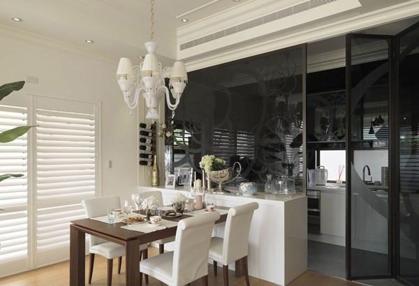 通透的厨房大面积的黑色钢化玻璃和客厅黑色玻璃天花的运用,质感对比强烈,立体感强,有拉升空间的视觉美感。