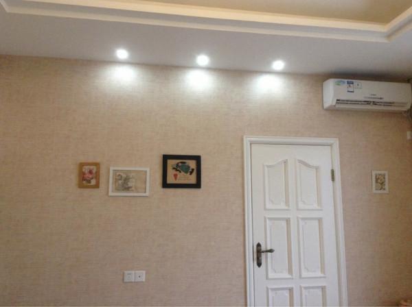 墙面放些艺术画,或者做照片墙都是不错的选择喔