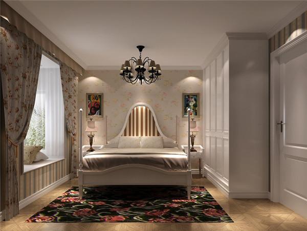 主卧室效果图:整个房间以白色为主要色系,浅白色花纹壁纸、配饰窗帘给人舒适温馨之感。