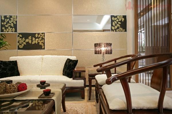 厅原本的比例偏长,观看电视的距离以及整体空间的感觉均不佳。因此,我们在设计上特意抬高了个休闲平台。