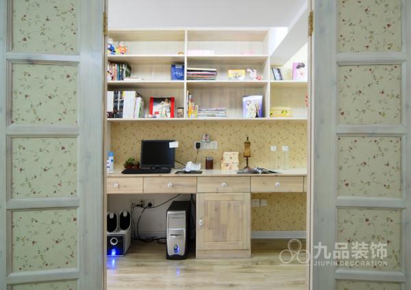 书房宽敞明亮,小清新的田园风格墙纸,简单的书柜设计,很好划分书本的大小排放,方便记住所需书本摆放位置。