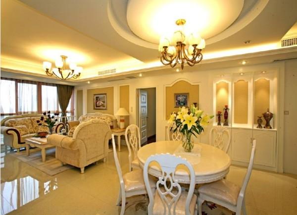 客厅装修是整个家庭装修的重点。由于有了重点的电视背景墙,所以其他地方的装饰可以简单点。但会客区的沙发作用很重要,他的造型和颜色会直接影响到客厅的风格。