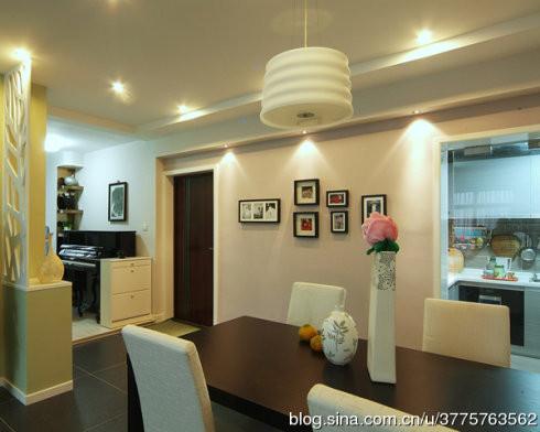 以简单的隔断将餐厅与客厅隔分开,墙面装饰家人喜欢的照片,让用餐气氛更温馨。