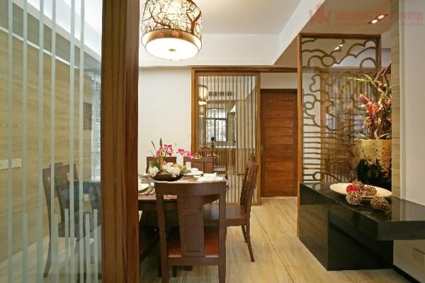 餐厅的重点设计之处了,厨房的门都对着餐厅。因此,我们在设计时将厨房门以及保姆房门整合成了一个大的隐藏推拉门,即美化整洁空间,又突出了餐厅的氛围,保证了实用性的同时也保证了艺术观赏性。