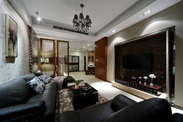 简洁大气的空间里,木质家具似乎隐隐散发出大自然的味道;雕花的大床、造型优美的桌椅、做工精良的果盘、点缀其中的盆景……