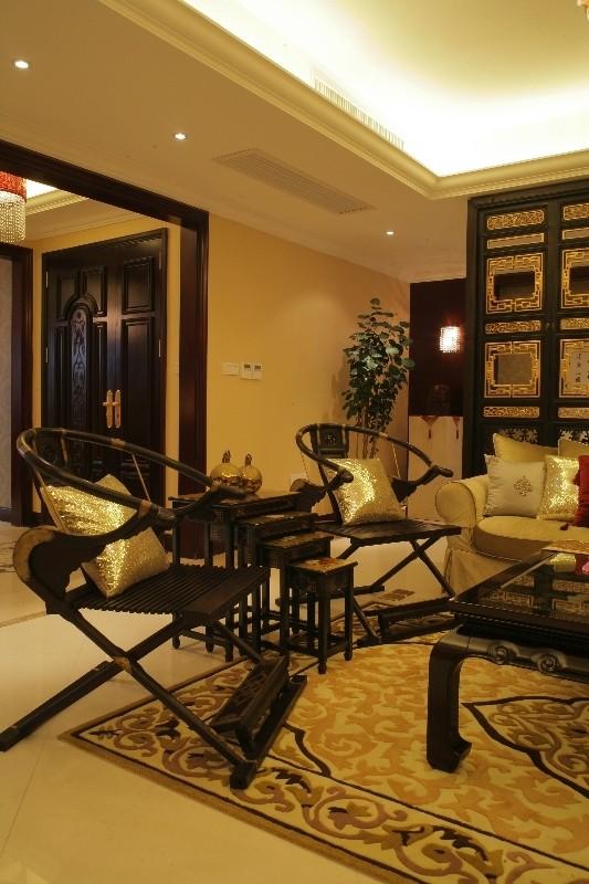 以明代家具元素为基础并按照现代风情改良的红木茶几与座椅,与沙发共同勾勒出一个充满中国文化情调,但又不失时代气息的亲情空间。