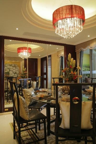 传统的中式风格占具了主导地位,有很浓的民族风情。餐桌椅的宫廷式仿古装饰风格尤为典雅。