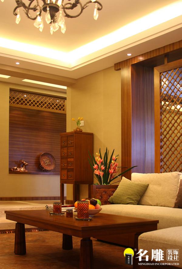名雕装饰设计——凤凰山公园三居室——东南亚风格客厅设计:大量运用木格算传统造型,加以提练而贯穿整个空间,或装饰墙面或独立成形或修饰门窗边,体现出自然的手感。