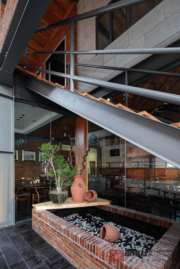 楼梯下面的绿意