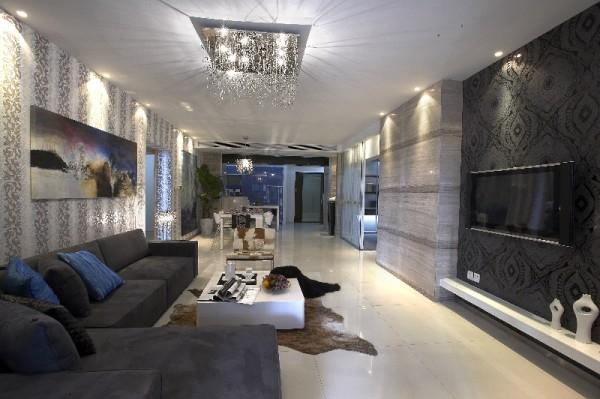 本案结构设计方正,大胆运用开放式空间与灰镜的光影增效作用,将室内空间逐步扩大。