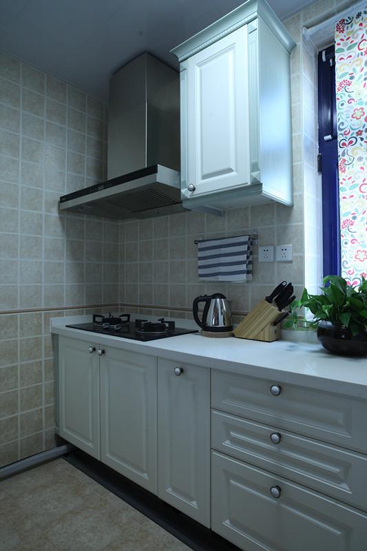 厨房墙面仿古色的砖、乳白色的橱柜,整儿厨房空间干净明亮。主人可以在此精心享受烹饪的感觉。
