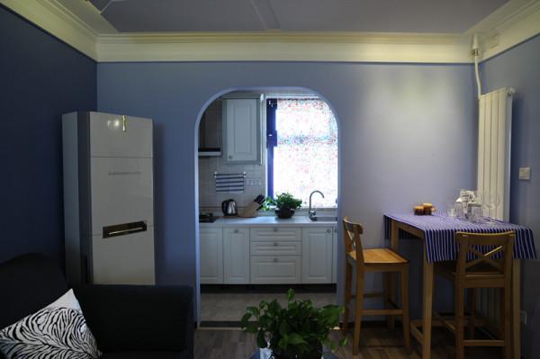 厨房拱形门的开放式设计,乳白色的橱柜跟整体风格交相辉映,十分干净爽朗。