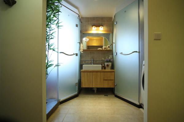 原先的卫生间特别下,改造后的卫生间大小适合,满足了主人的生活需求。淋浴房边上的绿植增添了自然气息,跟主题呼应。是个不错的亮点。