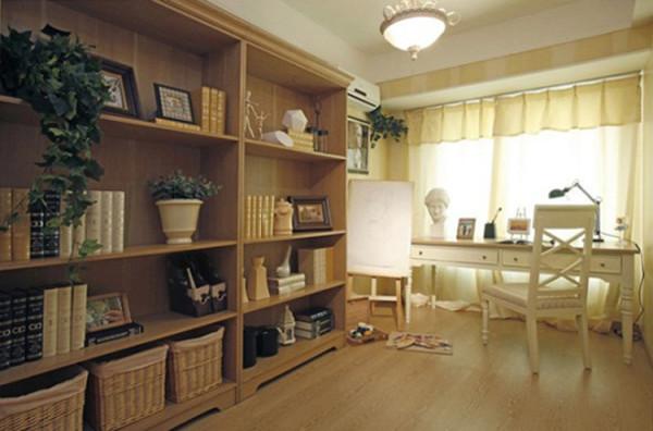 书房空间色调较其他空间稍显沉稳,选用米色与黄色相间的宽条纹墙纸。