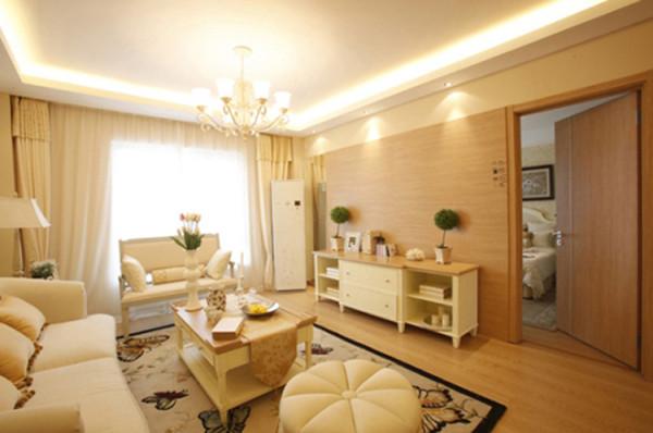 家具选用线条优雅,色调明快的欧式家具。选用线条优雅的奶白色铁艺吊灯与整个样板间优雅格调像匹配。