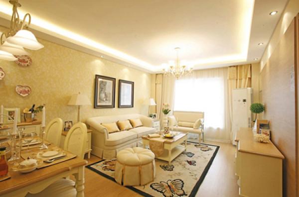 客厅、餐厅空间都选用黄底白花图案墙纸,与硬装橡木色搭配协调,使整体色调柔和。