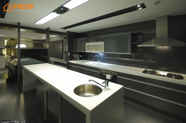 流理台面设计入旋转电视,可供餐厅或厨房使用。半开放式的厨房连接客、餐厅,让整体空间有放大的视觉效果。